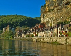 A-_La_Roque-Gageac_on_the_Dordogne1.jpg